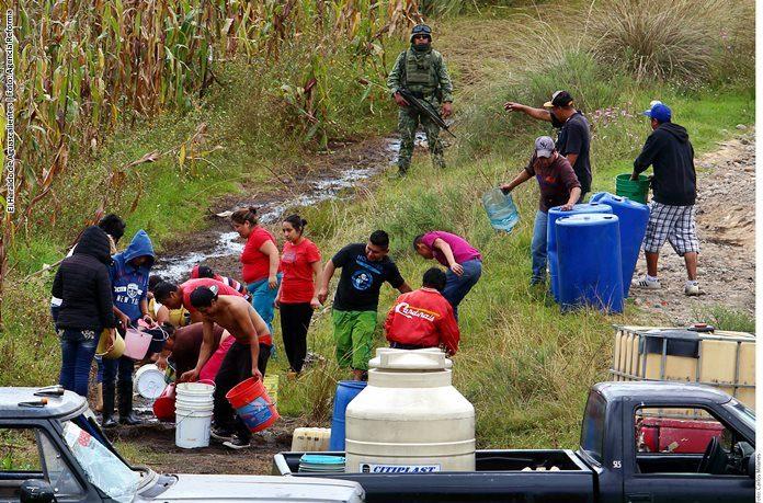 Roban pobladores combustible tras fuga en ducto de Pemex, en Puebla