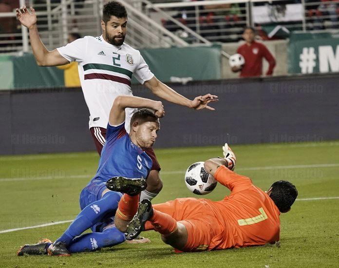 Felipe Mora es baja para los amistosos de Chile